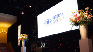 Bekijk Fotos Still 300x169 - Media Security Cafe 2017